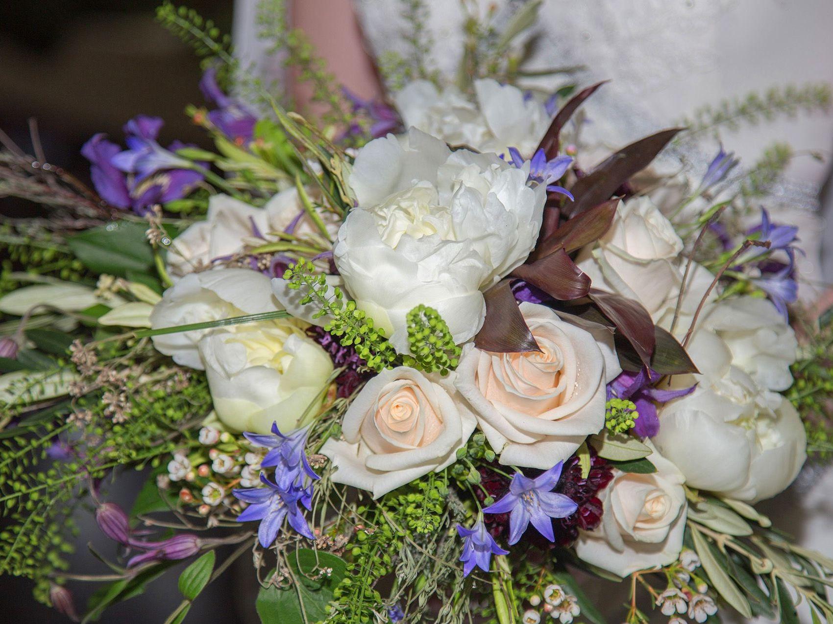 Claudia Hochzeit Brautstrauß art floral Heirat Braut Kleid flieder