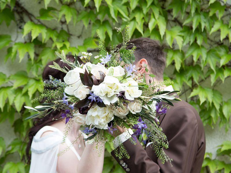 Claudia-Hochzeit-Ehepaar-Brautstrauß-Kuss-Efeu-Brautpaar-art-floral-Leipzig-800x600