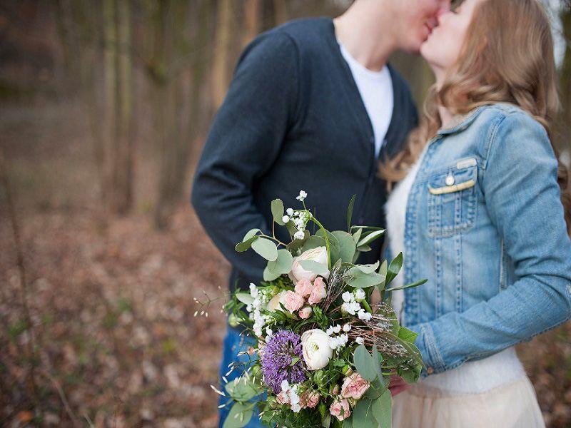 Pärchen Fotoshooting Blumenstrauß Wald Kuss Foto Blumen Strauß art floral Leipzig